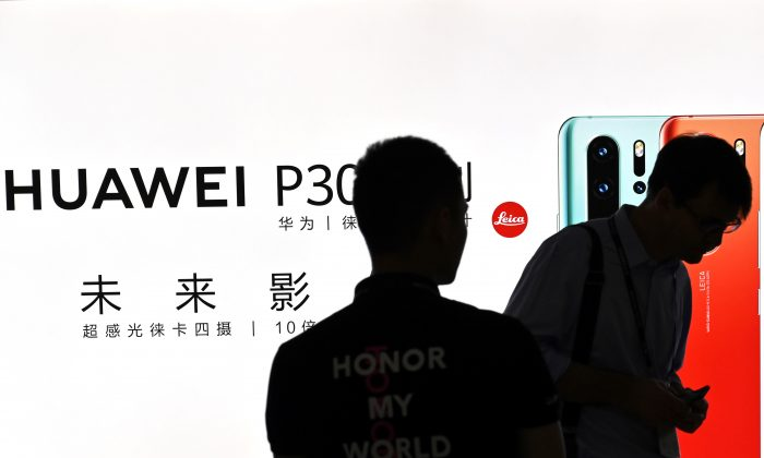La gente visita un stand de Huawei durante el Congreso Mundial Móvil en el Nuevo Centro Internacional de Exposiciones de Shanghai, el 26 de junio de 2019. (Hector Retamal/AFP/Getty Images)