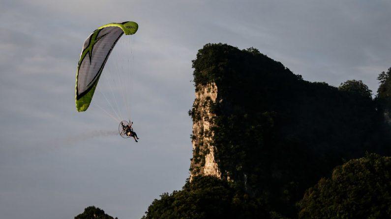 Imagen de archivo de un parapentista.en pleno vuelo sortenado una roca (Wang He/Getty Images)