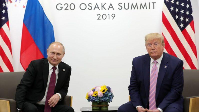 El presidente ruso Vladimir Putin y el presidente estadounidense Donald Trump celebran una reunión paralela a la cumbre del G20 en Osaka el 28 de junio de 2019. (MIKHAIL KLIMENTYEV/AFP/Getty Images)