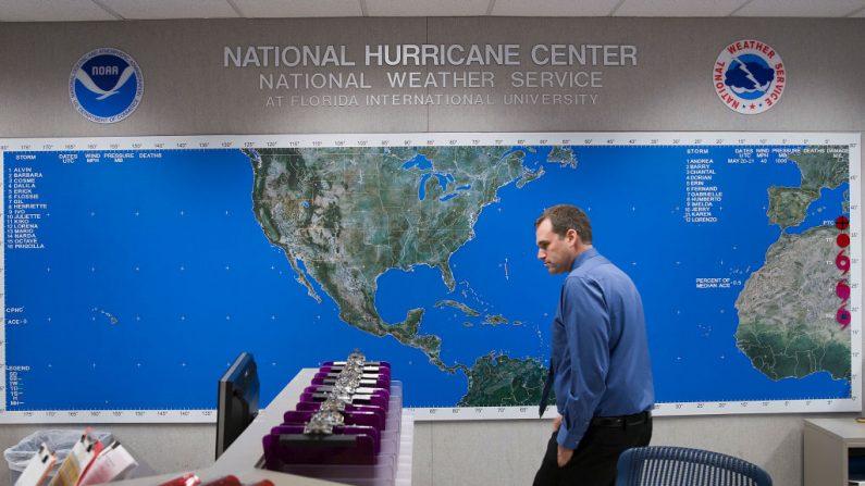 Michael Brennan, Jefe de la Unidad Especializada en Huracanes, camina junto al mapa de seguimiento de huracanes en el Centro Nacional de Huracanes de NOAA NWS mientras los medios de comunicación realizan un recorrido antes del inicio de la temporada de huracanes del Atlántico el 31 de mayo de 2019 en Miami, Florida. (Joe Raedle/Getty Images)