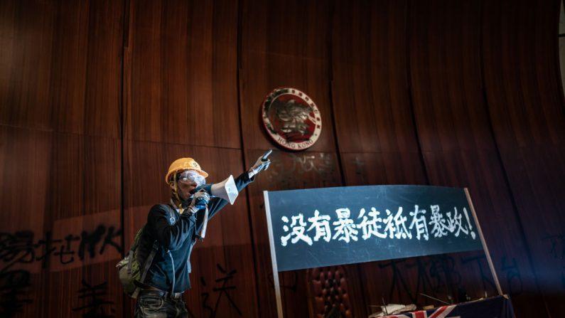Un manifestante habla en un megáfono después de haber irrumpido en la cámara del Parlamento de la sede del gobierno en Hong Kong, China, el 1 de julio de 2019. (Anthony Kwan/Getty Images)