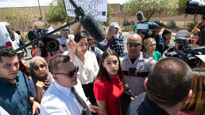 La representante demócrata de Nueva York Alexandria Ocasio-Cortez junto a los medios de comunicación después de haber visitado el Centro de Patrulla Fronteriza de Clint, TX, que alberga a niños en Clint, Texas, el 1 de julio de 2019. (Cristo Chávez/Getty Images)