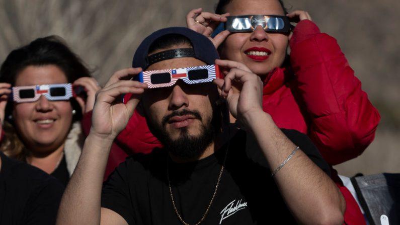 La gente mira el eclipse solar, desde Puclaro, Región de Coquimbo, Chile, el 02 de julio de 2019.  (CLAUDIO REYES/AFP/Getty Images)