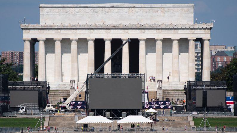 """Se realizan los preparativos para el evento """"Saludo a los Estados Unidos"""" del cuatro de julio con el presidente de los Estados Unidos, Donald Trump, en el Lincoln Memorial en el National Mall en Washington, DC, el 3 de julio de 2019. (Saul Loeb/AFP/Getty Images)"""