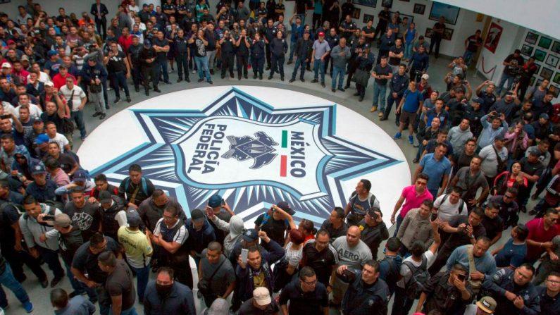 Policías federales protestan en la sede de la Policía Federal en la Ciudad de México el 3 de julio de 2019 contra su incorporación a la recién creada Guardia Nacional. (OCTAVIO NAVA/AFP/Getty Images)