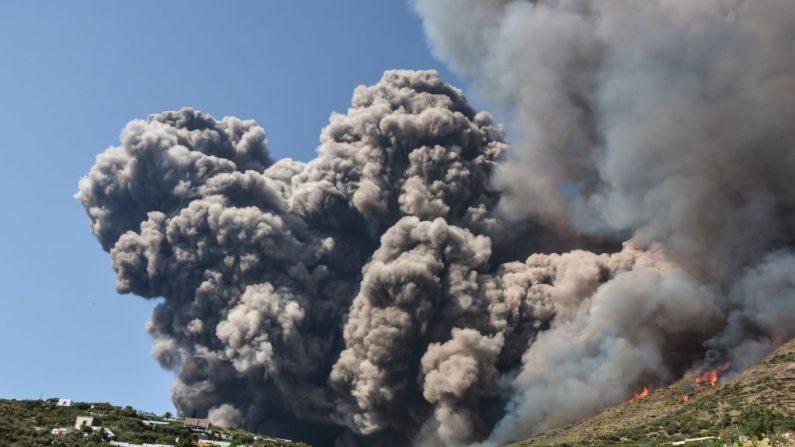 El volcán en la isla italiana de Stromboli estalló dramáticamente el 3 de julio, matando a un excursionista y enviando a los turistas a huir al mar. En la imagen se observa fuego cerca de las viviendas. (GIOVANNI ISOLINO / AFP / Getty Images)