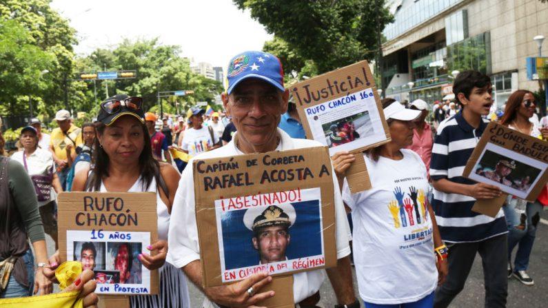 Manifestantes convocados por el presidente encargado Juan Guaidó durante el 208 aniversario de la declaración de la Independencia de Venezuela el 5 de julio de 2019 en Caracas, Venezuela. (Edilzon Gamez/Getty Images)