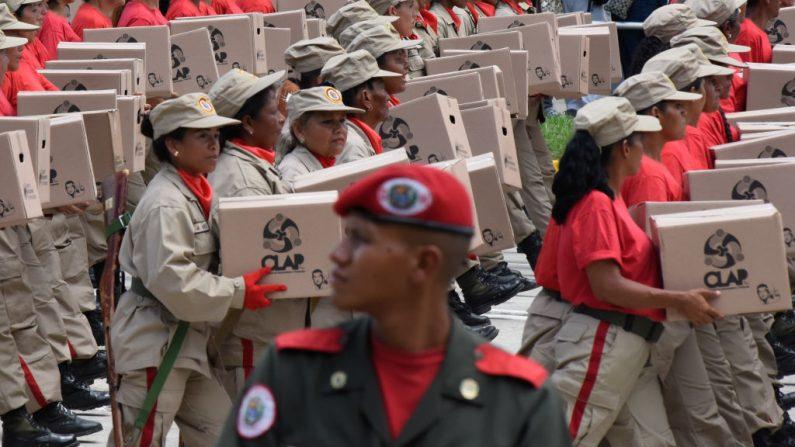 Milicianos socialistas marchan con cajas del CLAP (Comité Local de Abastecimiento y Producción) en el desfile militar durante el 208 aniversario de la Declaración de Independencia de Venezuela el 5 de julio de 2019 en Caracas, Venezuela. (Carolina Cabral/Getty Images)