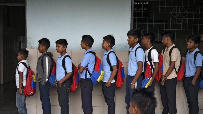 Un grupo de adolescentes esperan su turno para desayunar antes de ir a la escuela en Zulia, Venezuela, el 12 de junio de 2019. (Yuri Cortez/AFP/Getty Images)