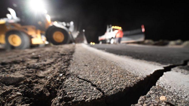 Trabajadores de la carretera reparan un hoyo que se abrió como resultado del terremoto del 5 de julio de 2019, en Ridgecrest, California, a unos 241km al norte de Los Ángeles. (ROBYN BECK/AFP/Getty Images)