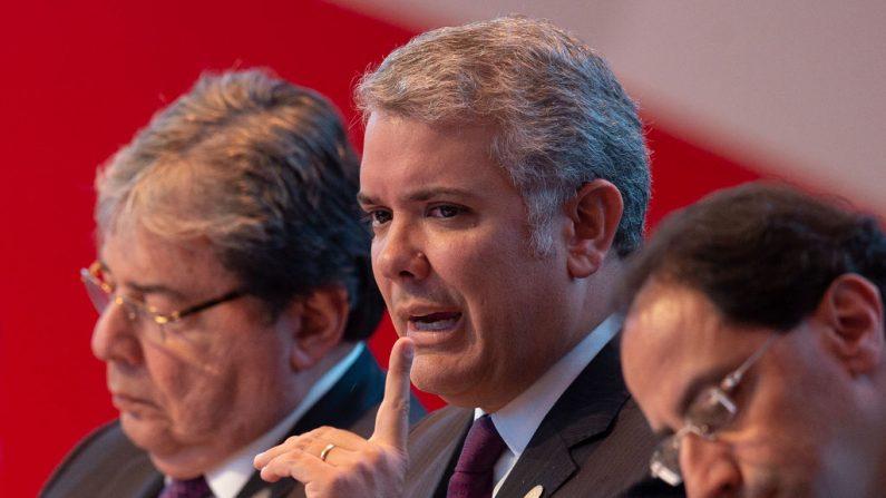 El presidente de Colombia, Iván Duque (c), junto a su canciller Carlos Holmes Trujillo (izq) durante el plenario de la Cumbre de la Alianza del Pacífico, en Lima, el 6 de julio de 2019. (CRIS BOURONCLE/AFP/Getty Images)