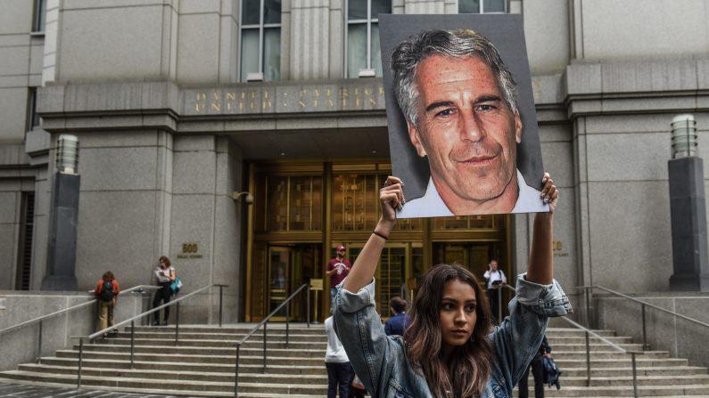 """Un grupo de protesta llamado """"Hot Mess"""" muestra una foto de Jeffrey Epstein frente al tribunal federal el 8 de julio de 2019 en la ciudad de Nueva York. (Stephanie Keith/Getty Images)"""