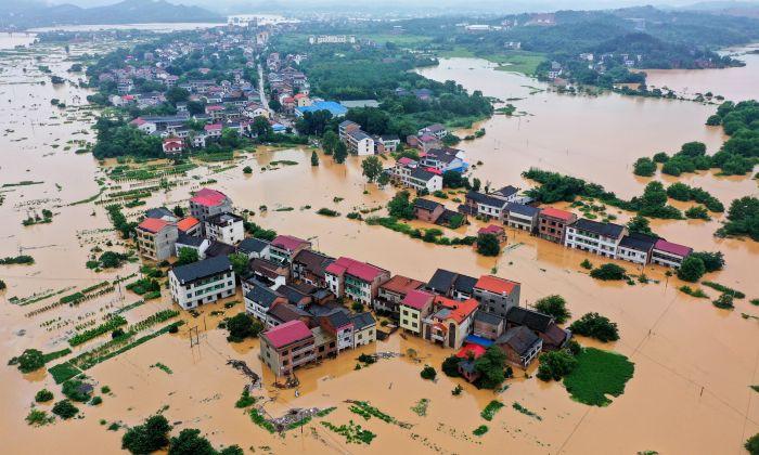 Los edificios fueron sumergidos después de  fuertes lluvias que causaron inundaciones en Hengyang, en la provincia de Hunan, en el centro de China, el 9 de julio de 2019. (STR/AFP/Getty Images)