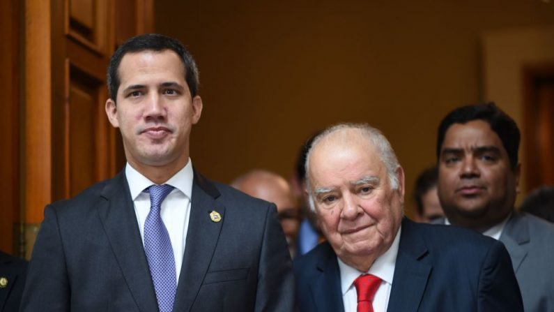El presidente encargado Juan Guaido (izq.), se reúne con el asesor especial de la UE para Venezuela, Enrique Iglesias, en la Asamblea Nacional en Caracas el 9 de julio de 2019. (YURI CORTEZ/AFP/Getty Images)