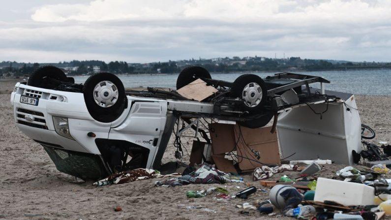 Una caravana destruida en una imagen de la mañana de de julio después que la tarde anterior fuera azotada por fuertes vientos. Se encuentra donde una tormenta mató a una pareja checa, en Nea Plagia, en Halkidiki, al norte de Grecia. Tornados y violentas tormentas de granizo mataron en total a seis turistas en el norte de Grecia, dijo la policía. Un centenar  más resultaron heridas cuando fuertes vientos azotaron la región cerca de la ciudad de Tesalónica. (SAKIS MITROLIDIS / AFP / Getty Images)