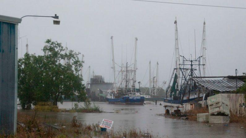 Un puerto se inunda cuando la tormenta tropical Barry toca tierra en Intracoastal City, Louisiana el 13 de julio de 2019.SETH HERALD / AFP / Getty Images)