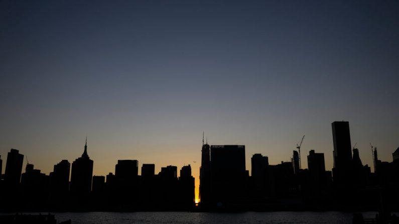 El sol se pone detrás de la calle 42 en Manhattan durante un apagón en la ciudad de Nueva York el 13 de julio de 2019.(JOHANNES EISELE/AFP/Getty Images)