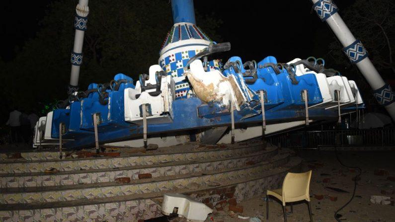 La máquina Joy Ride conocida como 'Discovery' aparece en la foto después de quebarse en Kankaria Lake Front en Ahmedabad, India el 14 de julio de 2019. (SAM PANTHAKY/AFP/Getty Images)