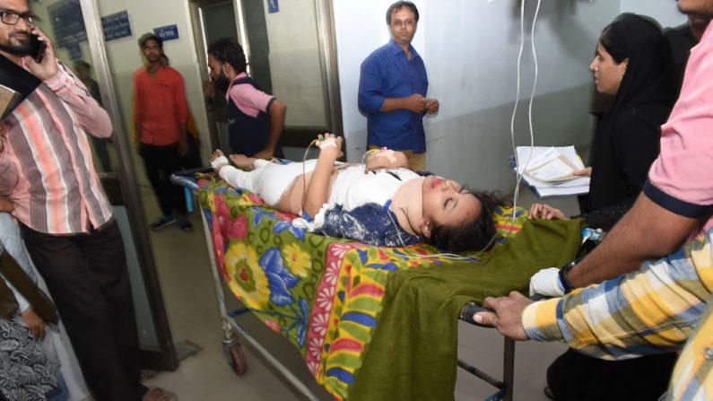 Imagen de archivo de una paciente atendida de urgencia en India el 14 de julio de 2019. (SAM PANTHAKY/AFP/Getty Images)