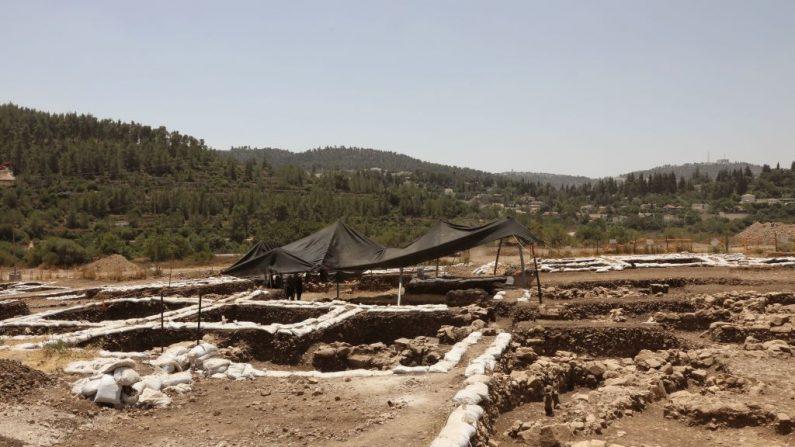 Una fotografía tomada el 16 de julio de 2019 muestra una vista parcial de un asentamiento del Período Neolítico (Nueva Edad de Piedra), descubierto durante excavaciones arqueológicas por la Autoridad de Antigüedades de Israel cerca de Motza Junction, a unos 5 km al oeste de Jerusalén. - El asentamiento es el más grande conocido en Israel desde ese período y uno de los más grandes de su tipo en la región. (GALI TIBBON / AFP / Getty Images)