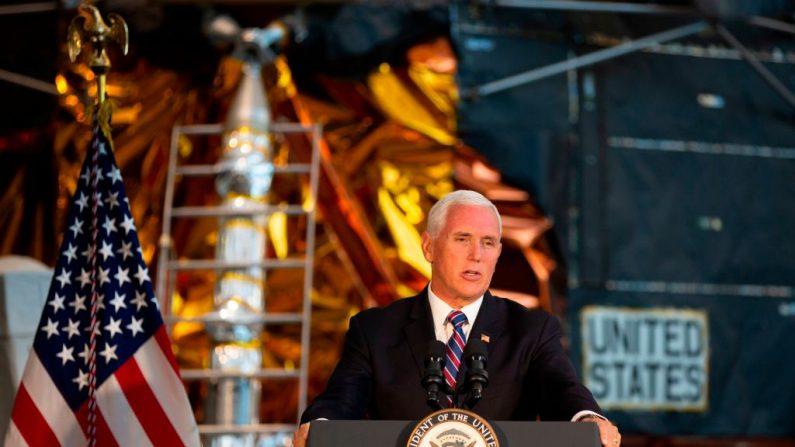 El vicepresidente de los Estados Unidos Mike Pence habla durante la presentación del traje espacial Apolo 11 de Neil Armstrong por primera vez en trece años, en el Museo Nacional Smithsonian del Aire y el Espacio de Washington, DC, el 16 de julio de 2019, con motivo del 50º aniversario de la misión de lanzamiento.  (ALASTAIR PIKE/AFP/Getty Images)