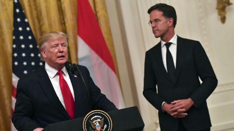 El presidente de Estados Unidos, Donald Trump, habla con el primer ministro holandés Mark Rutte durante una ceremonia en la Sala Este de la Casa Blanca en Washington, DC, el 18 de julio de 2019. (NICHOLAS KAMM/AFP/Getty Images)