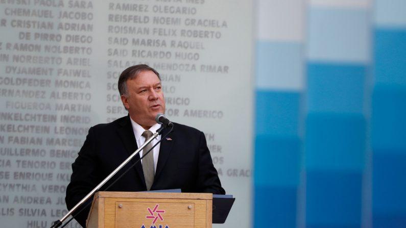 El secretario de Estado de los EE.UU., Mike Pompeo, habla durante una ceremonia para conmemorar el 25 aniversario del atentado en la Asociación Mutual Israelita Argentina (AMIA), en el Centro de la Comunidad Judía en Buenos Aires el 19 de julio de 2019.(Natacha Pisarenko/AFP/Getty Images)