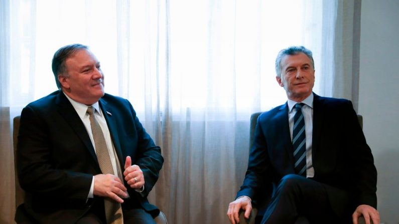 El Secretario de Estado de Estados Unidos Mike Pompeo (izq.) y el Presidente de Argentina Mauricio Macri durante una reunión en Buenos Aires, Argentina, el 19 de julio de 2019. (NATACHA PISARENKO/AFP/Getty Images)