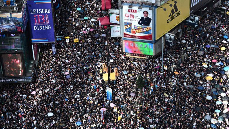 Los manifestantes marchan contra un polémico proyecto de ley de extradición en Hong Kong el 21 de julio de 2019. (Anthony Wallace/AFP/Getty Images)