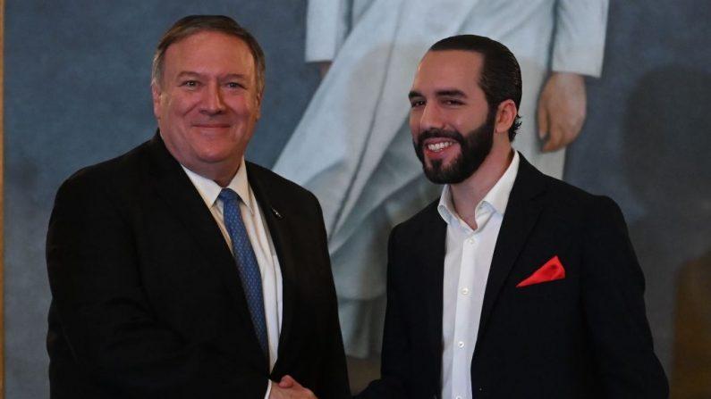 El secretario de Estado de Estados Unidos Mike Pompeo saluda al presidente salvadoreño Nayib Bukele (der) después de firmar acuerdos bilaterales en la residencia presidencial de San Salvador el 21 de julio de 2019. (MARVIN RECINOS/AFP/Getty Images)