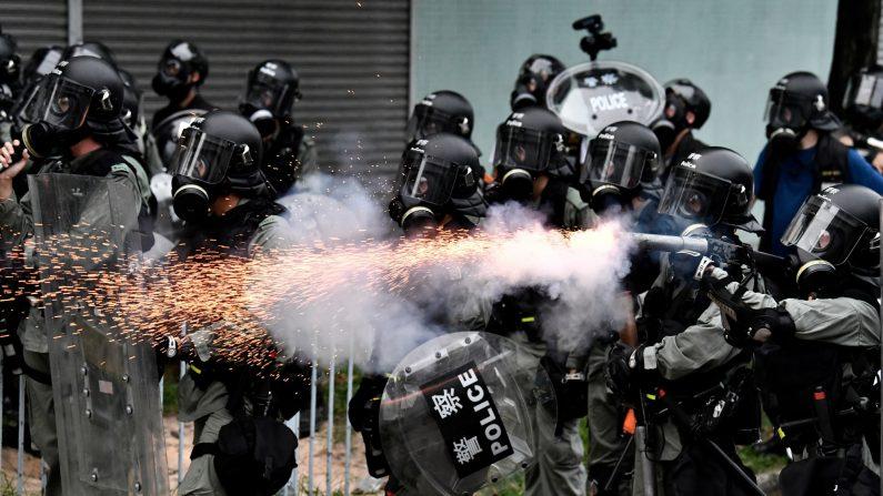 Un policía dispara gases lacrimógenos para dispersar a los manifestantes durante una manifestación en el distrito de Yuen Long en Hong Kong el 27 de julio de 2019. (Anthony Wallace/AFP/Getty Images)