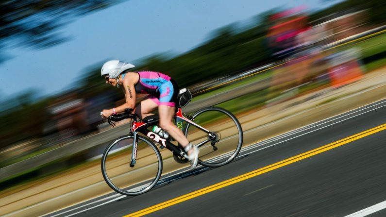 Imagen de archivo. Un triatleta compite en la etapa de la bicicleta durante el triatlón de inversiones Threadneedle de Columbia el 28 de julio de 2019 en Boston, Massachusetts. (Adam Glanzman / Getty Images para Columbia Threadneedle Investments)