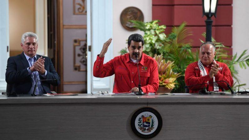 El líder comunista cubano Miguel Díaz-Canel y su homólogo venezolano Nicolás Maduro y el presidente de la Asamblea Nacional Constituyente del régimen Diosdado Cabello son fotografiados durante la ceremonia de clausura del Foro de San Pablo en el Palacio Presidencial de Miraflores en Caracas el 28 de julio de 2019. (FEDERICO PARRA/AFP/Getty Images)