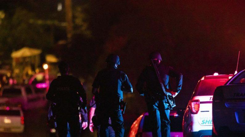 """Policías llegan al lugar de la investigación después de un tiroteo mortal en el Festival del Ajo de Gilroy en California, el 28 de julio de 2019. Tres personas murieron y al menos otras 15 resultaron heridas en un tiroteo en un importante festival de comida en California. Los agentes enfrentaron y mataron a tiros al sospechoso """"en menos de un minuto"""", dijo Scot Smithee, jefe de policía de la ciudad de Gilroy, a 48 kilómetros al sureste de San José. (PHILIP PACHECO/AFP/Getty Images)"""