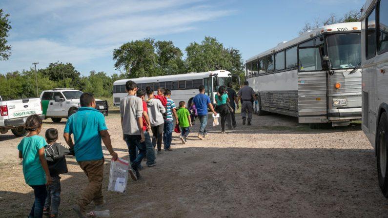 Inmigrantes ilegales caminan a los autobuses de Seguridad Nacional de Estados Unidos para ser transferidos a una instalación de la Patrulla Fronteriza en McAllen después de cruzar desde México el 02 de julio de 2019 en Los Ebanos, Texas. (John Moore/Getty Images)