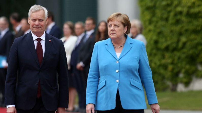 La Canciller alemana Angela Merkel (CDU, R) en la ceremonia de bienvenida militar con el Primer Ministro finlandés Antti Rinne el 10 de julio de 2019 en Berlín, Alemania. (Adam Berry/Getty Images)