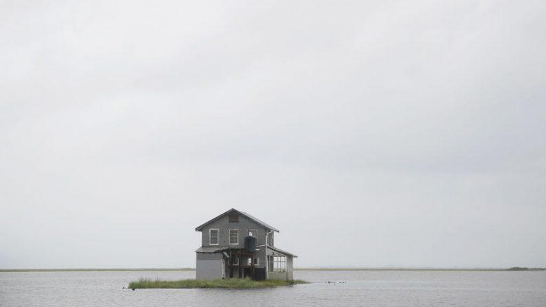 El agua retrocede alrededor de un campamento de peces después del huracán Barry el 14 de julio de 2019 en Wilkerson Bayou, Louisiana. (Scott Olson/Getty Images)