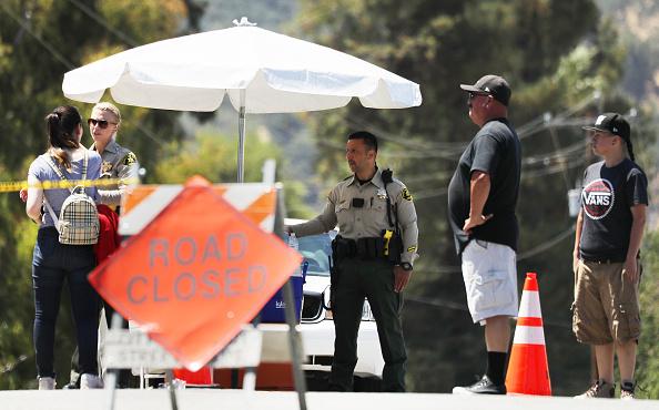 Oficiales de policía vigilan fuera del sitio del Festival del Ajo de Gilroy después de que un tiroteo masivo tuvo lugar en el evento el 29 de julio de 2019, en Gilroy, California. (Mario Tama/Getty Images)