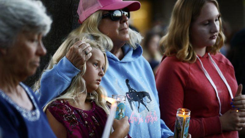 Personas asisten a una vigilia por las víctimas del tiroteo en el Festival del Ajo de Gilroy el 29 de julio de 2019 en Gilroy, California. Tres personas murieron y al menos una docena resultaron heridas antes de que los agentes de policía dispararan y mataran al sospechoso.  (Foto de Mario Tama/Getty Images)