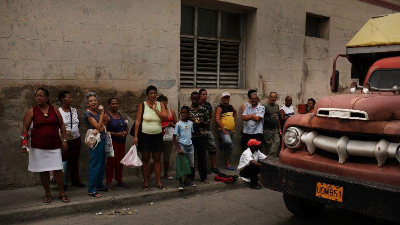 Cubanos hacen fila para esperar comprar comida en una tienda del gobierno en Cuba el 24 de marzo de 2012. (Spencer Platt/Getty Images)