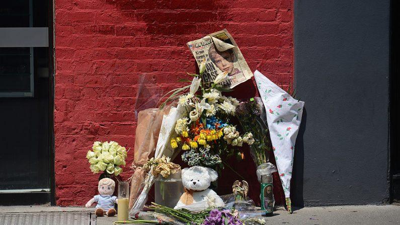 Un santuario callejero de niño desaparecido hace más de tres décadas en Nueva York. (EMMANUEL DUNAND/AFP/GettyImages)