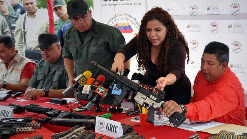 Iris Varela muestra un rifle durante una conferencia de prensa en Barquisimeto, Venezuela, el 7 de febrero de 2013. Un total de 106 armas, entre ellas rifles y ametralladoras, 8568 municiones y una docena de granadas fueron incautadas por las autoridades venezolanas después del desalojo de la prisión de Uribana en Lara Estado (noroeste), donde murieron 58 personas (Dedwison Alvarez / AFP / Getty Images)