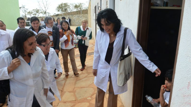 """Los médicos cubanos que participan en el programa """"Más médicos"""" del gobierno brasileño, visitan el Refugio de salud indígena (CASAI) que apoya las necesidades médicas y básicas de los indígenas de Brasil, en Brasilia el 6 de septiembre de 2013. (Evaristo Sa/AFP/Getty Images)"""