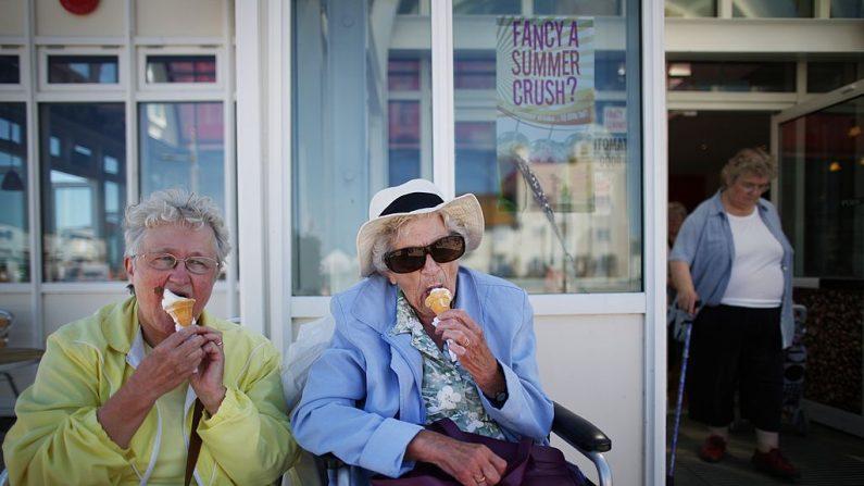 Turistas comiendo helado. (Peter Macdiarmid/Getty Images)