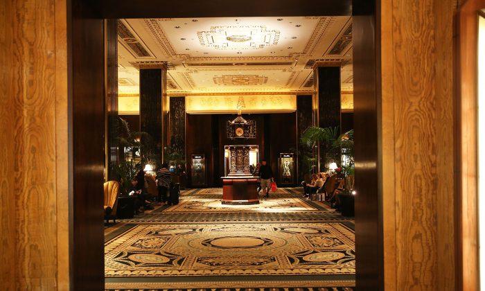 La entrada al Waldorf Astoria, el hotel emblemático de Nueva York, el 6 de octubre de 2014 en la ciudad de Nueva York. La venta de Hilton a Anbang Insurance puede haber marcado el pico de la inversión china en bienes raíces en los Estados Unidos. (Spencer Platt/Getty Images)