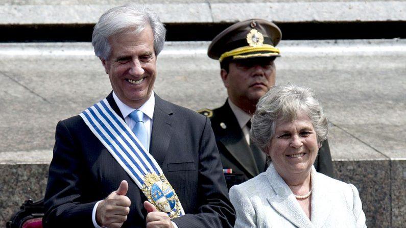 El presidente de Uruguay, Tabaré Vázquez, durante su toma de posesión junto a su esposa María Auxiliadora Delgado, en la Plaza Independencia, en el centro de Montevideo, el 1 de marzo de 2015.  (PABLO PORCIUNCULA/AFP/Getty Images)