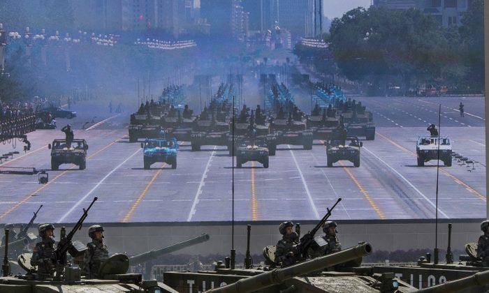 Soldados en tanques frente a una pantalla cerca de la Plaza Tiananmen durante un desfile militar en Beijing el 3 de septiembre de 2015. (Kevin Frayer/Getty Images)