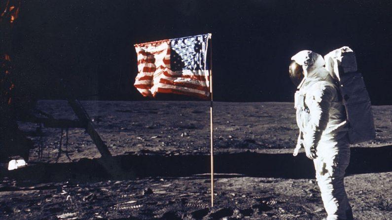 """El astronauta Edwin E. Aldrin Jr. posa para una fotografía al lado de la bandera de Estados Unidos. El módulo lunar está a la izquierda. El primer aterrizaje del hombre en la Luna ocurrió a las 4:17 p.m. del 20 de julio de 1969 cuando el módulo lunar """"Eagle"""" alunizó en el mar de la tranquilidad en el lado este de la Luna. El módulo de mando dejó la órbita lunar el 22 de julio y regresó a la Tierra el 24 de julio de 1969. El Apolo 11 volvió a la Tierra cayendo en el Océano Pacífico el 24 de julio de 1969 a las 12:50:35 P.M. después de una misión de 195 horas, 18 minutos, 35 segundos.  (Nasa/Getty Images)"""