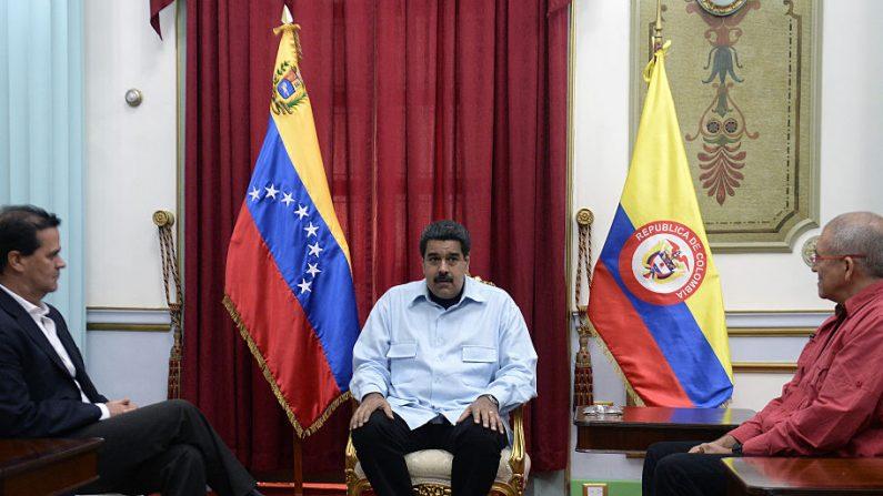 El presidente venezolano Nicolás Maduro (C), con el negociador del gobierno colombiano Frank Pearl (izq), y el guerrillero comunista del ELN Eliecer Herlinton Chamorro Acosta, alias Antonio García (der) en el palacio presidencial de Miraflores en Caracas el 30 de marzo de 2016. (FEDERICO PARRA/AFP/Getty Images)