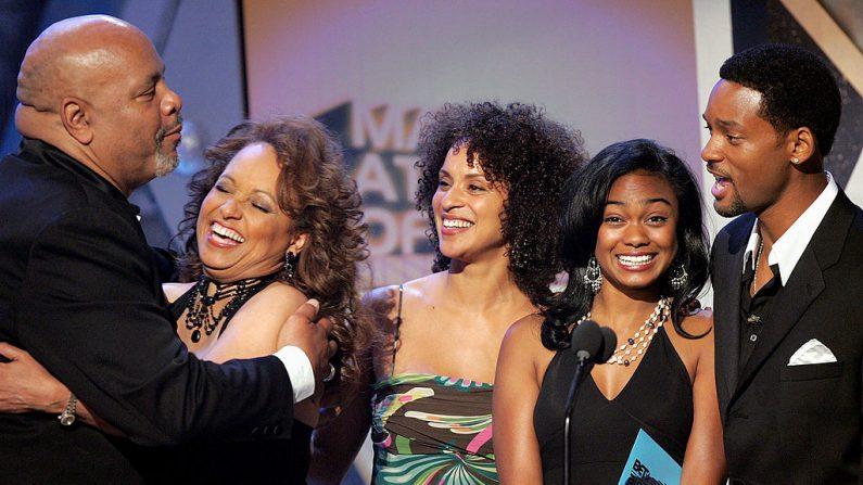 De izquierda a derecha: James Avery, Daphne Reid, Karyn Parsons, Tatyana Ali y Will Smith en los BET Awards en 2005 en Hollywood, California. (Crédito: Kevin Winter/Getty Images)